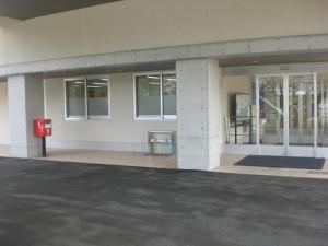 郵便ポスト(正面玄関横に設置)
